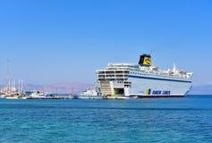 Balsa de passageiro no porto de Kos, Grécia fotografia de stock