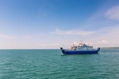 Balsa de passageiro Visitantes do transporte das balsas a seu destino Navio do vapor no fundo do mar Imagem de Stock