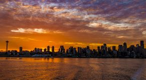 A balsa de Seattle do amanhecer monta para fora à ilha de BAinbridge Imagem de Stock Royalty Free