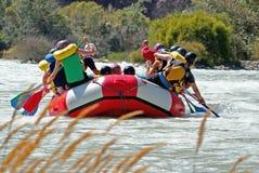 Balsa del equipo mientras que transporta en balsa en el río Foto de archivo