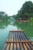 Balsa del río, del puente y del bambú Imagen de archivo