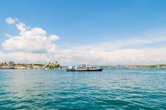 Balsa do barco de passageiro na água do mar na cidade imagem de stock
