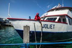 Balsa do barco que chega na ilha de Mackinac imagens de stock royalty free