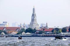 Balsa do rio de Chaophraya de volta a Wat Arun foto de stock