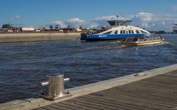 Balsa e barco no porto de Amsterdão Fotos de Stock Royalty Free