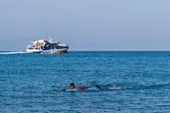 Balsa e menino no mar Fotos de Stock Royalty Free