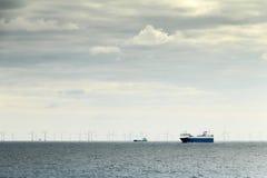 Balsa e moinhos de vento na indústria sustentável do oceano Imagem de Stock Royalty Free