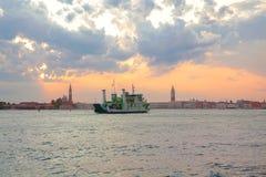 Balsa em um canal Venetian Imagem de Stock