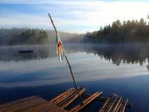 Balsa en un lago en el bosque Imagenes de archivo