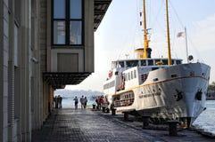 A balsa entrou no cais de Kadikoy, Istambul, Turquia Fotografia de Stock