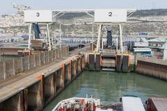 A balsa está chegando no porto de Dôvar Imagens de Stock