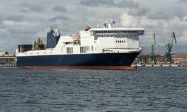Balsa marinha no fundo do panorama do porto Imagens de Stock Royalty Free