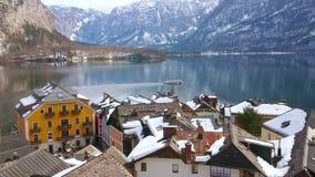 Balsa no lago Hallstattersee, Salzkammergut, Áustria video estoque