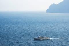 Balsa no mar em uma água azul de dia ensolarado imagens de stock