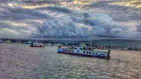Balsa no oceano de Bali fotografia de stock