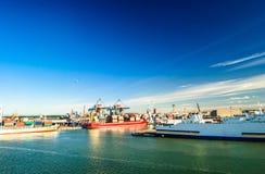 Balsa no porto de Helsínquia imagens de stock