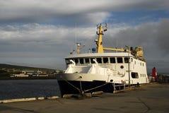 Balsa no porto de Kirkwall Foto de Stock
