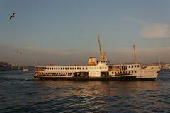 Balsa no rio de Bosphorus em Istambul imagem de stock