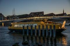 Balsa pública e uma ponte da bicicleta atrás no porto de Copenhaga dinamarca imagens de stock