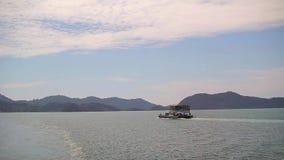 A balsa para o transporte dos carros está movendo-se para a ilha de Koh Chang filme