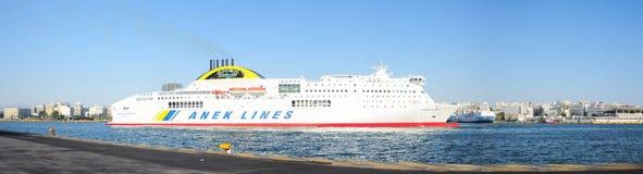 Balsa portuária do veículo de Piraeus Foto de Stock Royalty Free