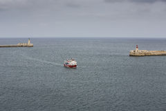 Balsa que entra no porto grande, Malta. fotografia de stock