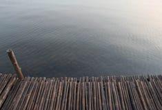 Balsa que flota en agua Foto de archivo
