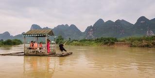 Balsa que navega abajo de Li River Imagenes de archivo
