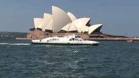 Balsa que passa por Sydney Opera House vídeos de arquivo