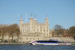 Balsa que passa a torre de Londres Fotos de Stock Royalty Free