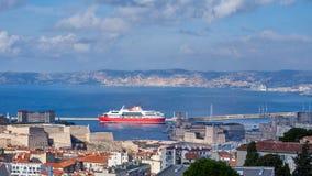 Balsa que retira o porto velho de Marselha fotografia de stock royalty free