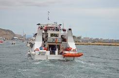 Balsa que retorna ao porto Fotografia de Stock