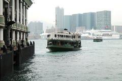 Balsa que sae do cais Hong Kong foto de stock
