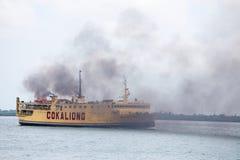 Balsa que transporta passageiros e bens, Filipinas Fotografia de Stock