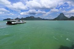 Balsa que vai do continente Tailândia à ilha do samui imagens de stock royalty free
