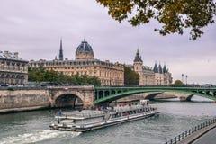 Balsa turística que navega abaixo do Seine foto de stock