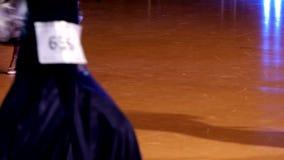 Balsaldansaredans på danceflooren lager videofilmer