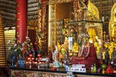 Balsamerad kropp av den vördnadsvärda Yueten Kai i den huvudsakliga korridoren på Hongkong tio tusen Buddhakloster Royaltyfria Foton
