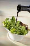 balsamic little på hällande salladvinäger royaltyfria foton