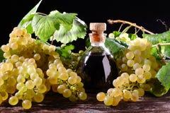 Balsamic ocet i biali winogrona zdjęcie stock