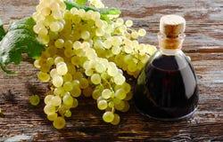 Balsamic ocet i biali winogrona zdjęcie royalty free