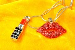 Balsamo di labbro che modella gli accessori dei gioielli Fotografie Stock Libere da Diritti