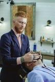 Balsamo sulle parti del corpo asciutte per idratare pelle barbershop Affilatissimo Palo d'annata antiquato di Barber Shop pubblic fotografie stock libere da diritti