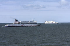 Balsas que cruzam o canal entre Dunkirk e Dôvar Fotos de Stock