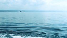 Balsee al mar, wiev remoto con el cielo azul