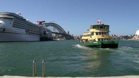 Balsee dejando a Quay circular con un barco de cruceros y un puente grandes del puerto en el fondo almacen de metraje de vídeo