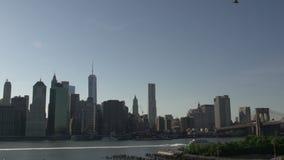 Balsee delante del horizonte de Manhattan, New York City, los E.E.U.U. almacen de metraje de vídeo