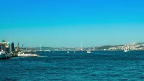 Balsee el tráfico en la opinión de Bosphorus 4K Timelapse de Eminonu en Estambul metrajes