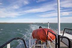 Balsee en el Estrecho de Magallanes con la angostura en el fondo, Chile de Primera imágenes de archivo libres de regalías