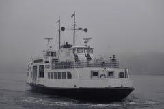 Balsee a la isla de la fortaleza de Suomenlinna en tarde de niebla en el mar Báltico Foto de archivo libre de regalías